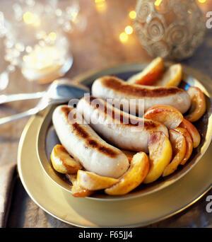 Weißwurst mit Äpfeln Stockbild