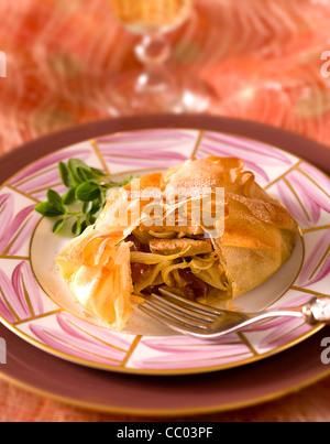 Gefüllte Pastilla Pie mit Zwiebeln und Termine Stockbild