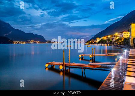 Blick auf den Comer See von Lezzeno in der Morgendämmerung, Provinz Como, Comer See, Lombardei, Italienische Seen, Italien, Europa Stockbild