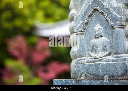 Das Schnitzen von Buddha auf einer Statue in einem buddhistischen Tempel, Okayama, Japan. Stockbild