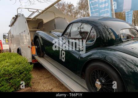 Jaguar XK und Transporter auf der 77th Goodwood GRRC Mitgliederversammlung, Sussex, UK. Stockbild