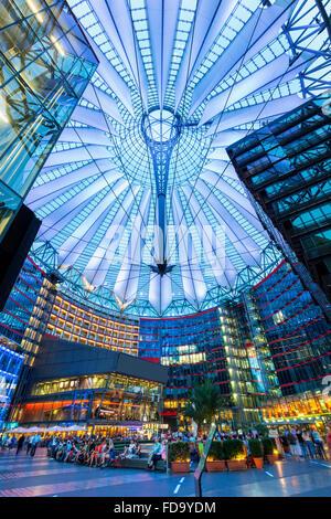 Europa, Deutschland, Berlin, die Überdachung des Sony Center am Potsdamer Platz Stockbild