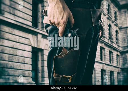 Cowboy Holding eine Pistole mit Hut und schwarzen T-Shirt Stockbild