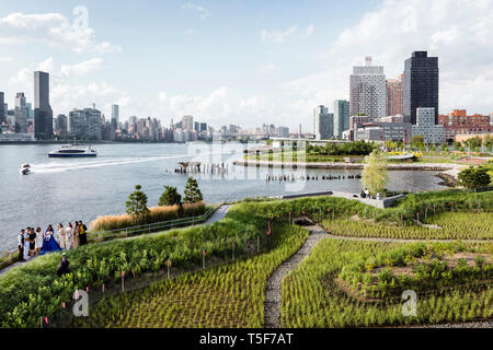Blick auf die Bucht von der übersehen. East River und der Upper East Side von Manhattan im Hintergrund. Hunters Point South Park, New York, United States. Stockbild