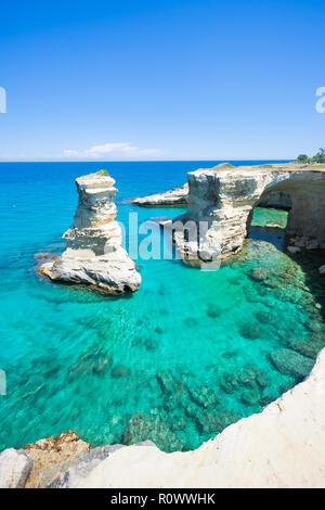 Sant Andrea, Apulien, Italien - Tauchen in das Mittelmeer aus der riesigen Klippen Stockbild
