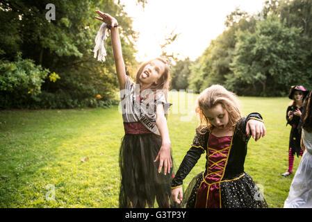 Zwei Kinder gekleidet im Kostüm für Halloween-Nacht. Stockbild