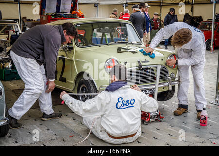 Mechaniker bei der Arbeit an den 1964 Austin Mini Cooper S von Patrick Watt für die Betty Richmond Trophy. 77 Goodwood GRRC Mitgliederversammlung, Sussex, UK Stockbild