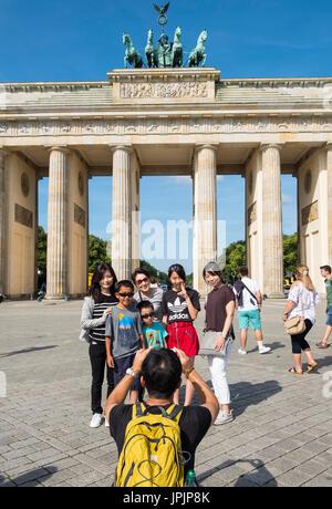 Asiatische Reisegruppe Entsendung für Foto vor dem Brandenburger Tor in Mitte Berlins Deutschland Stockbild