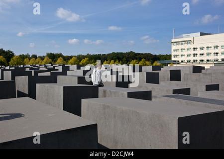 Ein junger Mann geht durch die Gedenkstätte für die ermordeten Juden Europas, Berlin Stockbild