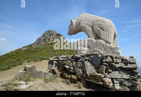 Statue eines Bären am Mirador Del Oso (Collado de Llesba) mit Pena Llesba im Hintergrund, Puerto de San Glorio, Kantabrien, Spanien, August 2016. Stockbild