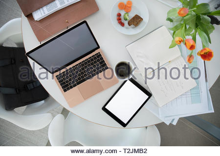 Ansicht von oben Laptop und einer Tablette auf Tabelle Stockbild