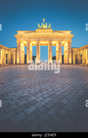 Klassische vertikale Ansicht des Brandenburger Tors, Deutschlands berühmteste Wahrzeichen und ein nationales Stockbild