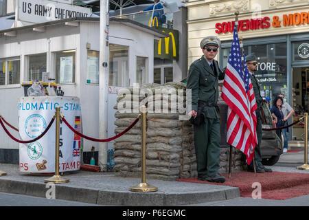Während des 'Kalten Krieges' der Checkpoint Charlie war einer der bekanntesten Grenzübergänge in der Welt werden. Heutzutage ist es eine große Touristenattraktion in Stockbild