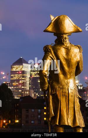 England, London, Greenwich, Statue von Admiral Lord Nelson und der Docklands Skyline Stockbild