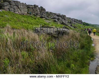 Menschen zu Fuß Burbage Kante Derbyshire Peak District Stockbild