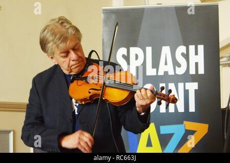 Mike Piggott, Eastbourne Jazz Festival, Blatt Halle, Eastbourne, East Sussex, 30. Sep 2018. Stockbild