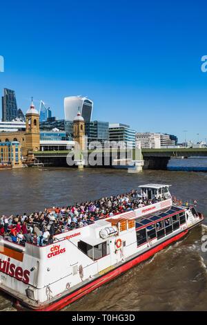 England, London, Canon Street Bahnhof und der Londoner City Skyline Stockbild