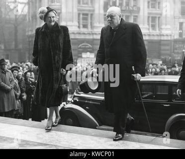 Winston Churchill, mit seiner Frau Clementine geben Sie St. Pauls Cathedral. Sie besuchten eine erste, vor der Wahl Stockbild