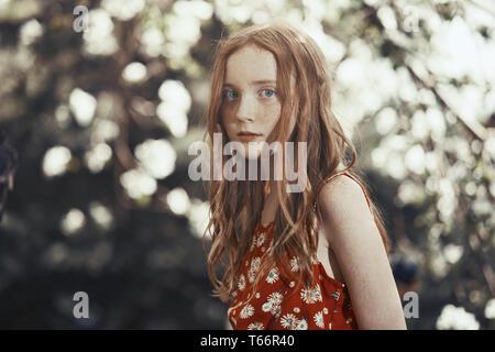 Portrait ernst Mädchen im Park Stockbild