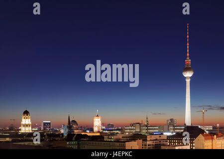 Berlin-Mitte mit Berliner Fernsehturm Fernsehturm und Rotes Rathaus (Rotes Rathaus), Berlin, Deutschland, Europa Stockbild