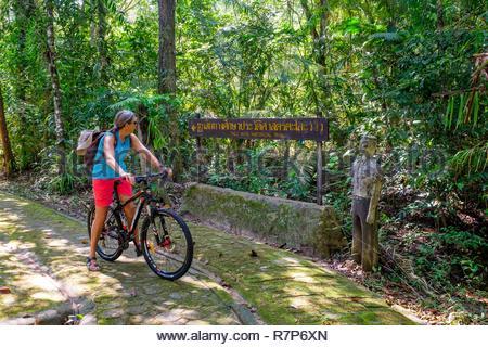 Thailand Songkhla Provinz, Tarutao National Marine Park, Ko Tarutao Insel, Ao Talo Wow, auf dem historischen Wanderweg durch den Standort des ehemaligen Gefängnisses Stockbild
