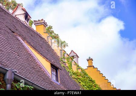 Augsburg, Bayern, Deutschland - 10. September 2015: Blick auf typische Dach Architektur sowie Giebel in der Fuggerei sozialer Wohnungsbau Bereich intensiviert. Stockbild