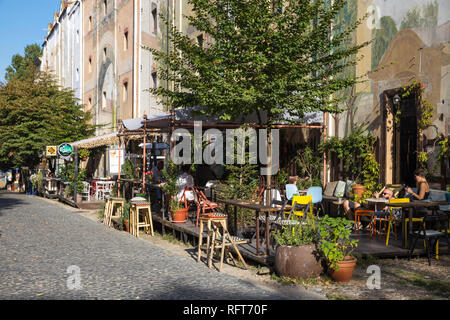 Restaurants auf der gepflasterten Straße, dem Künstlerviertel Skadarlija, Belgade's, Belgrad, Serbien, Europa Stockbild