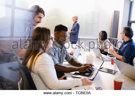 Geschäft Leute an Laptops arbeiten und Essen, essen im Konferenzraum treffen Stockbild