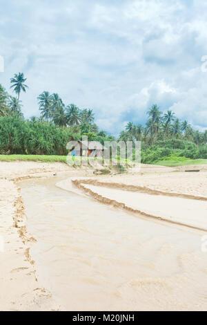 Balapitiya, Sri Lanka, Asien - traditionelle Leben am Fluss zum Strand Stockbild