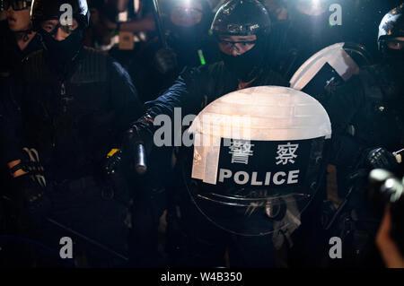 Riot Polizisten rush mit den Demonstranten nach einem Marsch gegen eine umstrittene Auslieferung Bill in Hongkong zu konfrontieren. Stockbild