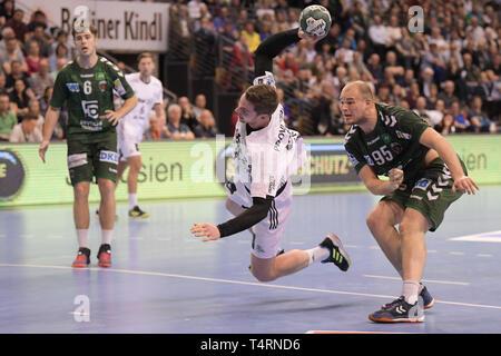 Berlin, Deutschland. 18 Apr, 2019. Handball: Bundesliga, Füchse Berlin - THW Kiel, den 27. Spieltag. Hendrik Pekeler aus Kiel (2. von rechts) ein Tor erzielt, neben fox Paul Drux (r). Quelle: Jörg Carstensen/dpa/Alamy leben Nachrichten Stockbild