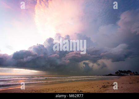Induruwa Beach, Sri Lanka, Asien - beleuchtete Wolken und Licht bei Sonnenuntergang am Strand von Induruwa Stockbild