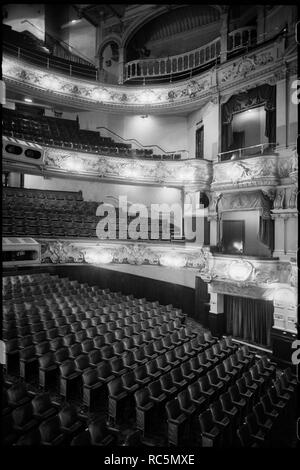 Theatre Royal, grau Street, Grainger Town, Newcastle Upon Tyne, c 1955 - c 1980. Die Innenansicht des Theatre Royal, zeigen drei Stufen der Balkone und Kästchen auf der rechten Seite, mit den Ständen unter. Das Theater stammt aus 1837 und wurde für Richard Grainger von John und Benjamin Grüne konzipiert. Der Innenraum wurde 1901 von Frank Matcham umgebaut, mit reichen ornamentalen Design, einschließlich stuckaturen auf dem Balkon Geländer, mit maskierten Büsten auf der niedrigsten Balustrade. Stockbild