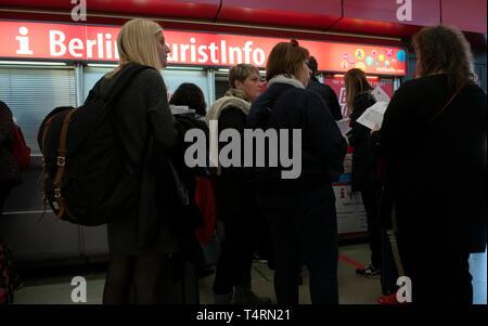 19 April 2019, Berlin: Reisende werden sich vor Der Berlin-Tourist-Information Counter in der Flughafen Tegel Terminal finden. Foto: Paul Zinken/dpa Stockbild