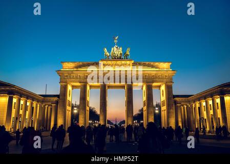 Berlin, Deutschland - 22. Januar 2017 - das Brandenburger Tor in Berlin im Winter Abend. getönten Bild. Stockbild
