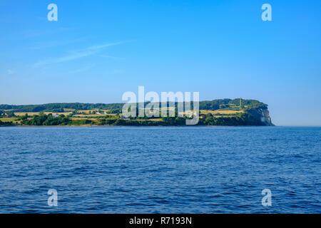 Die Küste mit den Leuchtturm von Møns Fyr auf der Insel Møn, Dänemark, Skandinavien, Europa. Stockbild