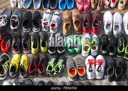 Bunte Sport Schuhe auf einem Flohmarkt Stall, Bremen, Deutschland, Europa Ich bunte Sportschuhe mit einem Flohmarktstand, Bremer Kajenmarkt Flohmarkt, ein Stockbild