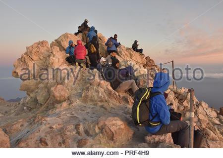 Wanderer warten auf den Sonnenaufgang auf dem Gipfel des Mount Teide Vulkan, 3718 m Höhe, Teide Nationalpark Teneriffa Kanarische Inseln Spanien. Stockbild