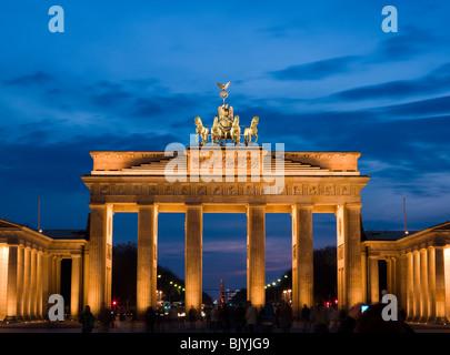 Touristen fotografieren das Brandenburger Tor in Berlin, Deutschland, am 3. April 2010. Stockbild
