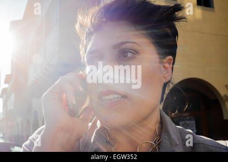 Upclose Bild der Frau am Handy. Stockbild