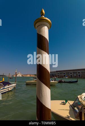 Gestreifte hölzerne Stange, Region Veneto, Venedig, Italien Stockbild