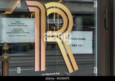 10 Franken für WC-Besuch während der Street Parade in Zürich, Schweiz Stockbild