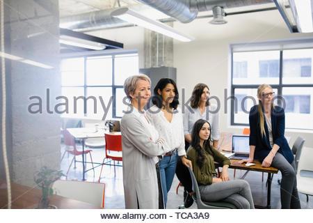 Selbstbewusst, ehrgeizig Geschäftsfrauen im Büro Stockbild