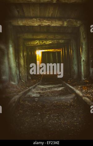 Licht am Ende des einen verlassenen tunnel Stockbild
