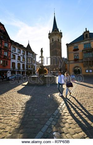Frankreich, Bas Rhin, Obernai, Marktplatz, der Kapelle Turm, Sainte Odile-Brunnen und dem Rathaus Stockbild
