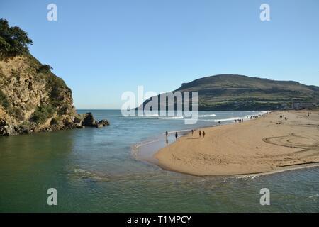 Überblick über La Arena Strand, von Pobena gesehen über den Rio Barbadun, in der Nähe der Muskiz, Vizcaya/Bizkaia, Spanien, August. Stockbild