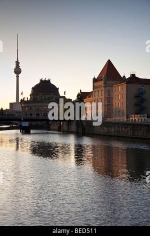 Berlin - Spree, Bodemuseum (Mitte) und Fernsehturm, Fernsehturm Stockbild
