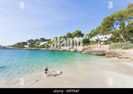 Cala d'Or, Mallorca, Spanien - August 2016 - ein Junge spielen im Wasser am Strand von Cala d'Or Stockbild