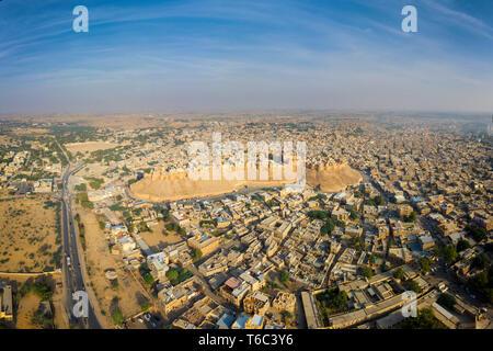 Indien, Rajasthan, Jaisalmer, Altstadt, Luftaufnahme von Altstadt und Festungsanlagen Stockbild