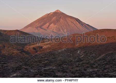 Mount Teide (Pico del Teide) 3718 m hohen Vulkans im Morgenlicht. Nationalpark Teide Teneriffa Kanarische Inseln Spanien. Es ist UNESCO-Weltkulturerbe. Stockbild